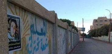أصدقاء طالب توفي بالسرطان يوثقون ذكراه بتعليق صوره على جدران الشوارع