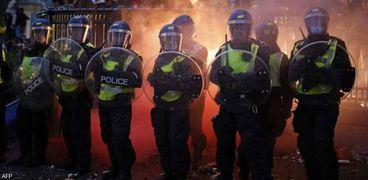 قوات الشرطة تتصدى للمشجعين