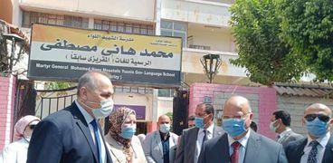 محافظ القاهرة  يتابع  العملية التعليمية