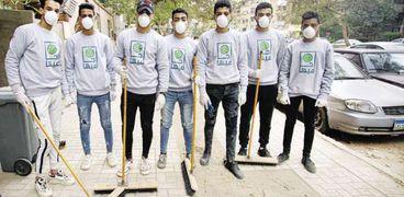 المتطوعون ينظفون شوارع الدقى