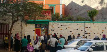 طلاب وأولياء أمور أمام مدرسة السكاكيني الابتدائية بالقاهرة