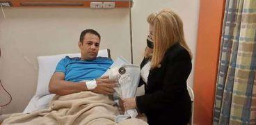 النائبة امال رزق الله مع أحد المصابين
