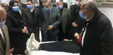 محافظ كفر الشيخ خلال اطمئنانه على المصابين
