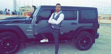 حسن شاكوش بجانب سيارته jeep wrangler