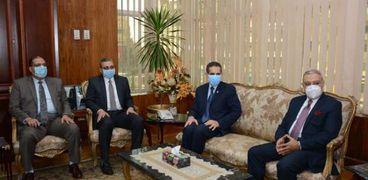 محافظ الغربية ونائبه يهنئان رئيس جامعة طنطا الجديد