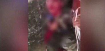 الطفل العراقي أثناء تعرضه للضرب