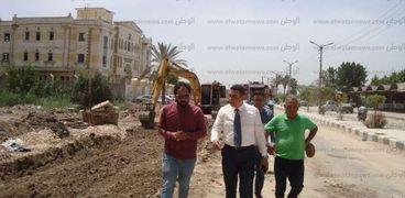 السكرتير العام المساعد لكفر الشيخ يتابع رصف شوارع العاصمة