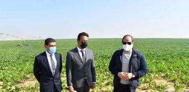 الرئيس عبدالفتاح السيسي في أثناء تفقد مشروع استصلاح 500 ألف فدان