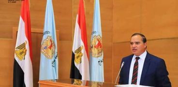 الدكتور احمد عزيز رئيس جامعة سوهاج