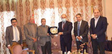 جانب من الاجتماع بين إبراهيم العربي وسفير تونس