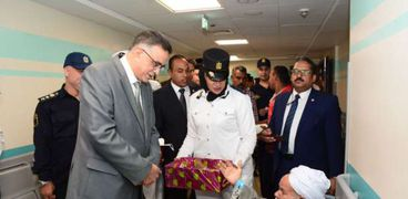مدير الامن خلال زيارته للمستشفي