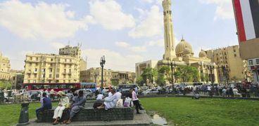 مواطنون يستريحون فى حديقة الميدان الرئيسية