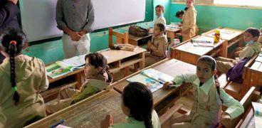 مجموعة طلاب ومعلم داخل أحد الفصول الدراسية