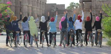 بنات الصعيد ينشطن السياحة بمبادرة لركوب «العجل»