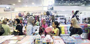 الأمهات يزرن معارض المستلزمات المدرسية لشراء احتياجات أبنائهن