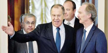 وزير الخارجية الروسى أثناء لقائه ومبعوث الأمم المتحدة إلى سوريا