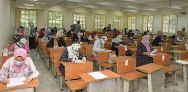 طلاب داخل إحدى الجامعات أثناء عقد الامتحانات