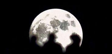 """35 صورة لـ""""القمر العملاق"""" بجوار أبرز معالم الأرض"""