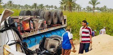 انقلاب سيارة محملة بمواد بترولية على الطريق الدولي الساحلي في كفر الشيخ