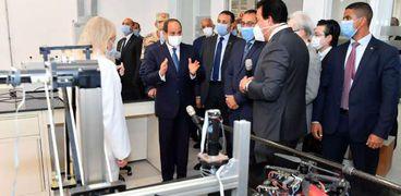 جانب من جولة الرئيس عبدالفتاح السيسي بالجامعة المصرية اليابانية