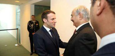 قائد الجيش الليبي خليفة حفتر مع الرئيس الفرنسي إيمانويل ماكرون