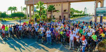 مجموعة من محبي قيادة الدراجات