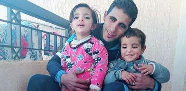 الاب مع اطفاله قبل وفاتهما