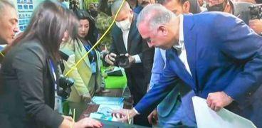 الكاظمي يدلي بصوته في الانتخابات البرلمانية المبكرة في العراق