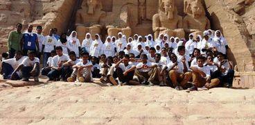 """100 طالب يشاركون في نظافة معبد أبو سمبل قبل """"تعامد الشمس"""""""