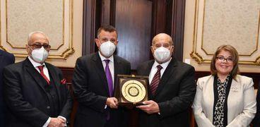 رئيس الشيوخ مع رئيس جامعة عين شمس