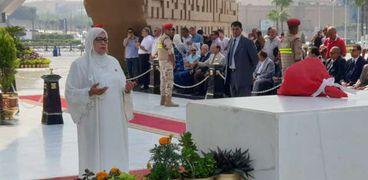 ياسمين الخيام تقرأ الفاتحة أمام قبر السادات