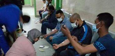 الدكتورة إيمان سلامة عضو مجلس نقابة الأطباء تفترش الأرض لجمع الدم وإنقاذ مصابي حادث قطار سوهاج