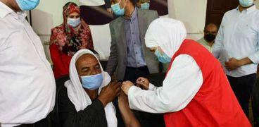 """محافظ الفيوم يتابع أعمال تطعيم عمال النظافة بلقاح """"كورونا"""""""