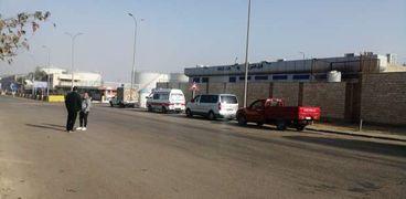 سيارات الإسعاف تستقبل ضحايا حادث العمرة بالسعودية أمام منفذ 35 بقرية البضائع