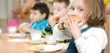 تناول بعض الطلاب للوجبة الغذائية- صورة أرشيفية