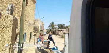 جانب من أعمال صيانة أعمة الإنارة في شوارع سيوة