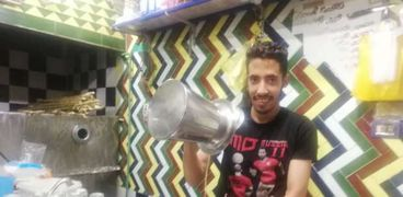 محمود طالب جامعي في الدراسة وبائع عصير في الإجازة