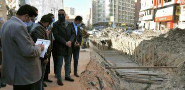 محافظ الفيوم يتفقد أعمال تغطية بحر دار الرماد لإنشاء محور مروري جديد