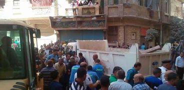 لحظة استخراج اول ضحايا العقار المنهار في الإسكندرية