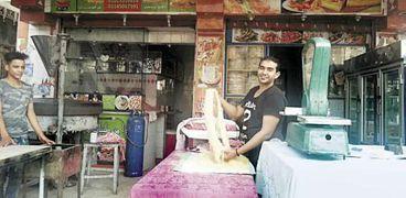 «أبويوسف» استبدل بيع البرجر والبيتزا بالكنافة والقطايف