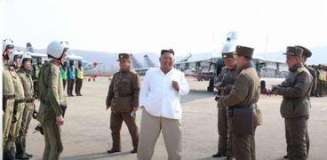 زعيم كوريا الشمالية وسط عدد من قادة وضباط جيشه