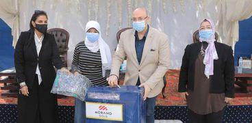 توزيع مساعدات عينية على العرائس ضمن مبادرة «شتاء دافئ» ببني سويف