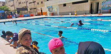 رحلة إلى حمام السباحة لاطفال ذوي الاحتياجات الخاصة: لعب وأكل وغنا