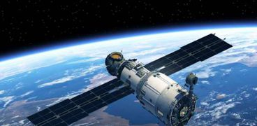 أحد الأقمار الصناعية في الفضاء