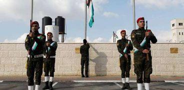 جثمان عريقات شيع في جنازة عسكرية