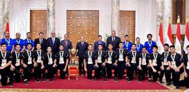 أبطال اليد عقب التكريم من الرئيس بوسام الطبقة الأولية