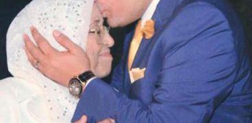المستشار خالد محجوب مع والدته