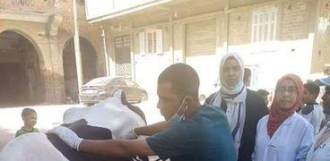 قافلة بيطرية من جامعة سوهاج لقرية الشيخ مكرم تعالج ٣٣٠ حالة