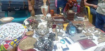 أدوات حربية وأختام عثمانية..بحث «عمر» عن الأنتيكات من «السريح» للأسواق