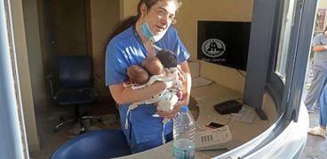 الممرضة أثناء أنقاذها للأطفال الثلاثة